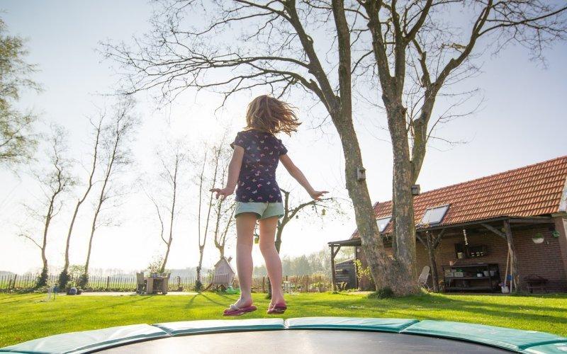 Батут с мрежа за деца - забавление за лятото